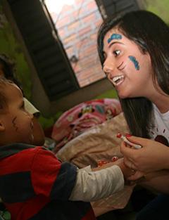 Fernanda Moraes entertain child